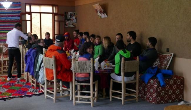 El grup gaudint de l'esmorzar a Imlil.